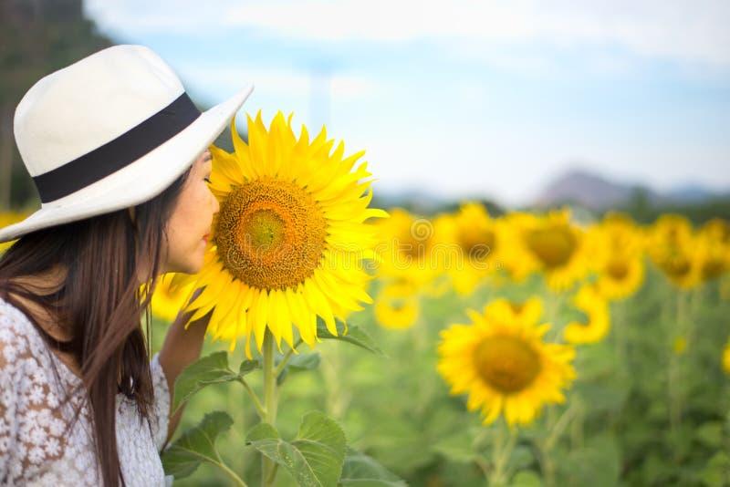 Kobieta odory słonecznikowi w naturze zdjęcia royalty free