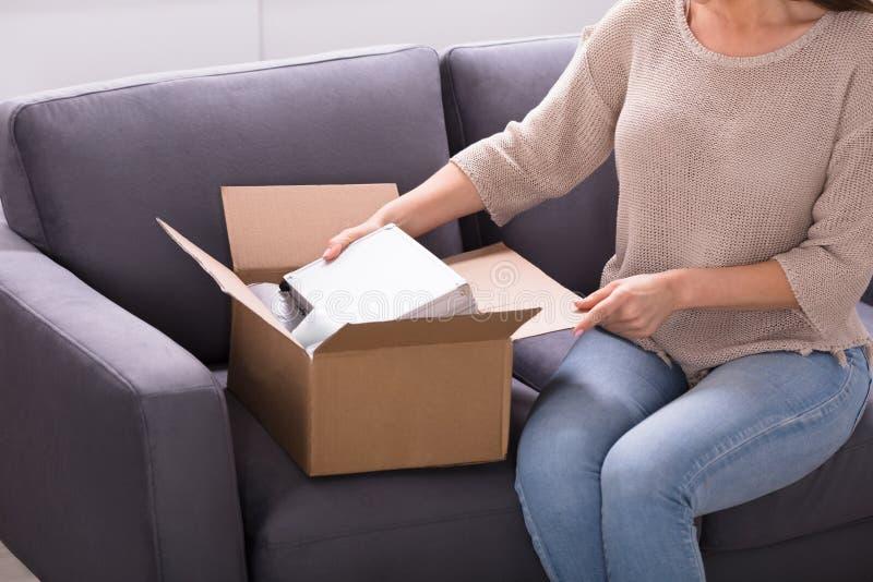 Kobieta odpakowanie Otrzymywający pakuneczek obrazy stock