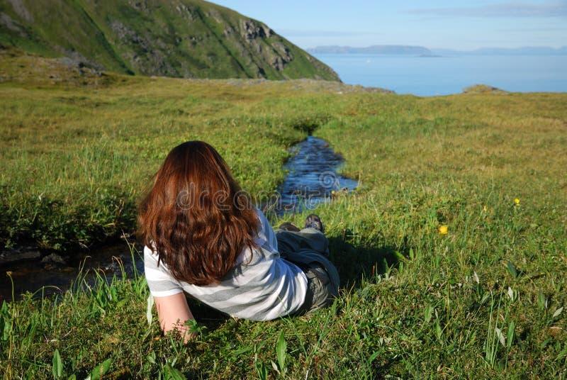 Kobieta odpoczywa blisko strumienia zdjęcia stock