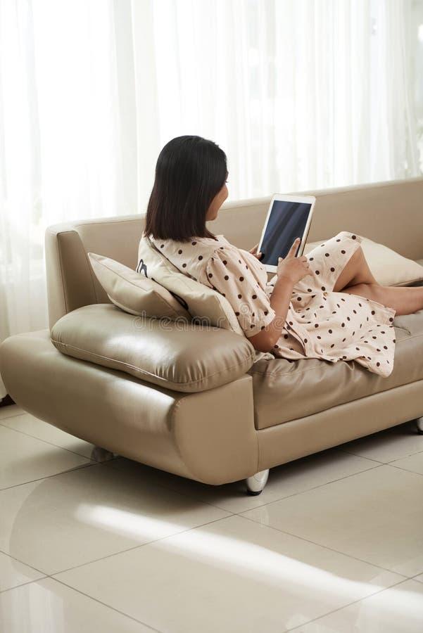 Kobieta odpoczywa na kanapie w domu zdjęcia royalty free