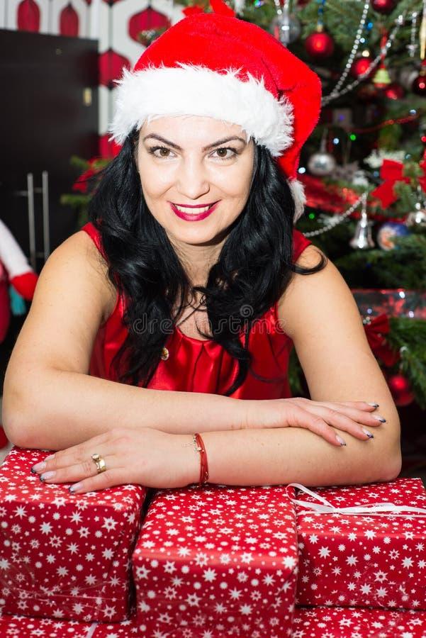 Kobieta odpoczywa ręki na Xmas prezentach zdjęcie royalty free