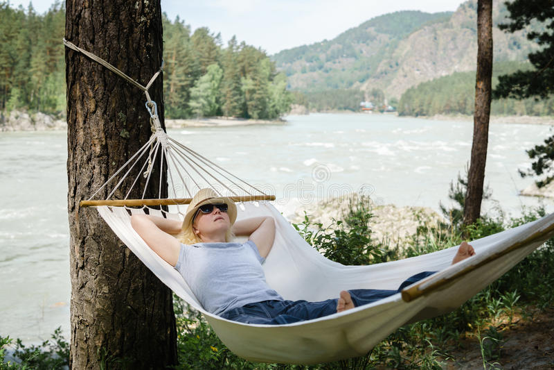 Kobieta odpoczywa w hamaku outdoors Spać outdoors obrazy royalty free
