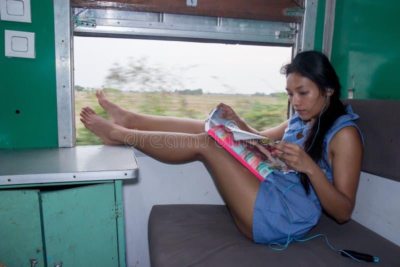 Kobieta odpoczywa w pociągu obraz stock