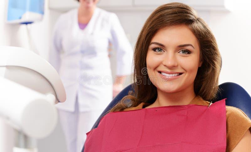 Kobieta odwiedza dentysty obraz royalty free