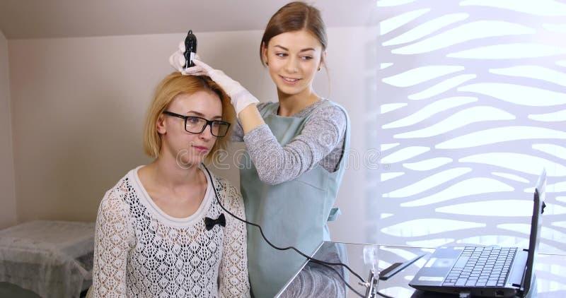 Kobieta odwiedza dermatologa przy kliniką fotografia royalty free