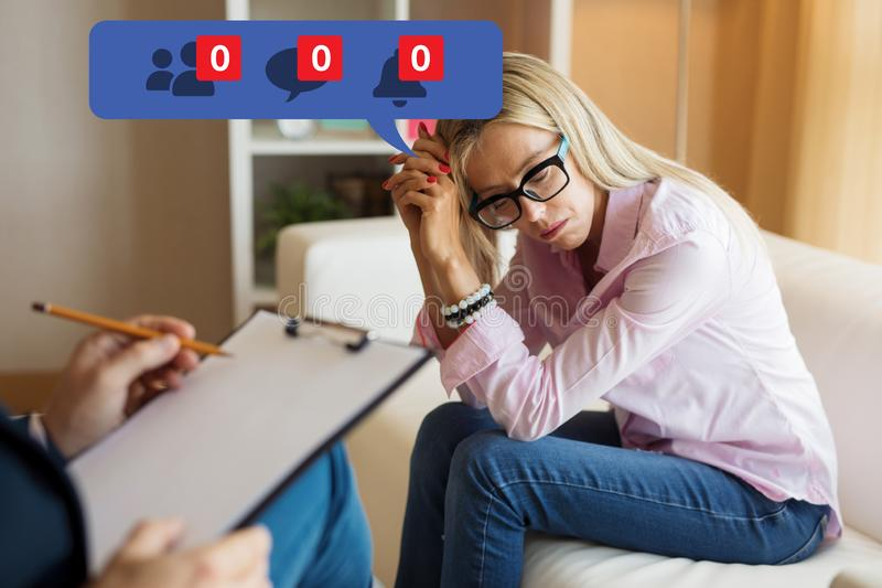Kobieta odwiedza psychologa i uczucia deprymował o jej niepopularności na ogólnospołecznych środkach zdjęcie royalty free