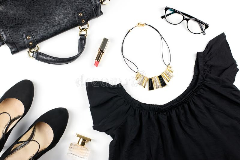 Kobieta odzieżowa i mod akcesoria Sumaryczny czarny spojrzenie - czarna lato suknia, heeled buty, eyeglasses, czerwona pomadka zdjęcia stock