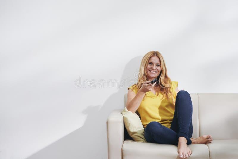 Kobieta ogląda seriale telewizyjnych obrazy stock