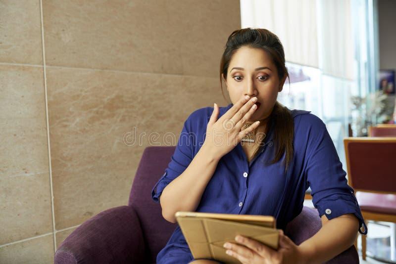 Kobieta ogląda szokującą zawartość zdjęcia stock