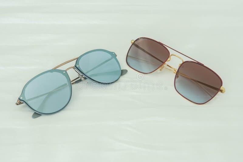 Kobieta okulary przeciwsłoneczni w błękicie i zgłębiają - menchie dla być ubranym w outdoors aktywność w wakacjach obrazy royalty free
