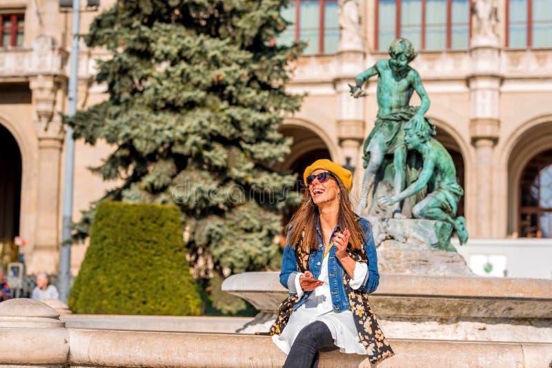 Kobieta ono cieszy się przed fontanną zdjęcie royalty free