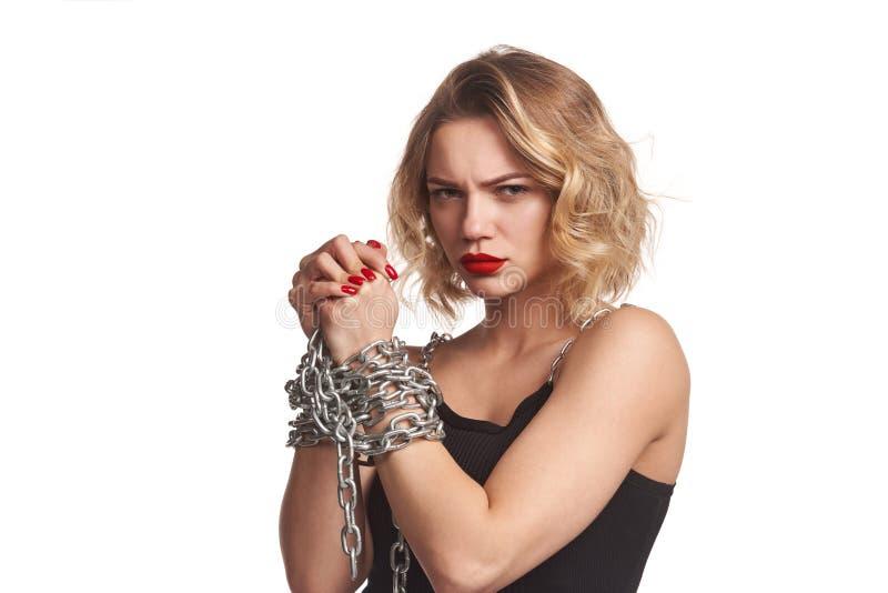 Kobieta ono drzeje zdala od łańcuchów nad bielem zdjęcia royalty free