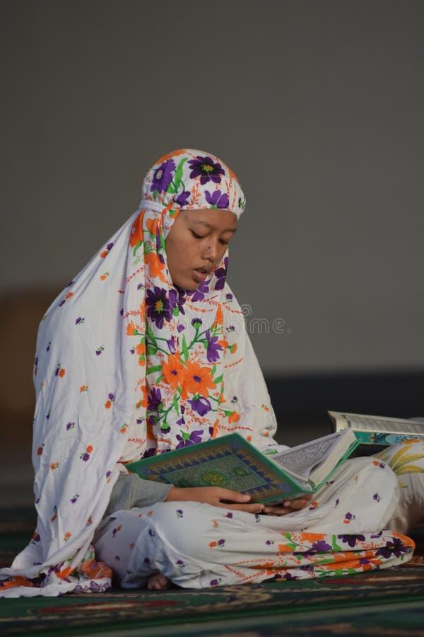 Kobieta ono modli się w meczecie fotografia royalty free