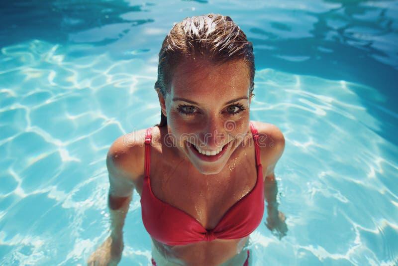 Kobieta ono uśmiecha się przy kamerą patrzeje śmieszny w bikini zdjęcie royalty free