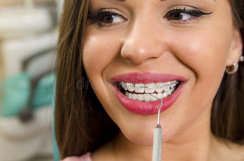 kobieta ono uśmiecha się przy stomatologicznym brasu checkup zdjęcie royalty free