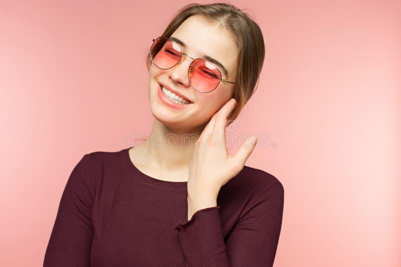 Kobieta ono uśmiecha się z perfect uśmiechem i białymi zębami na różowym pracownianym tle obrazy stock