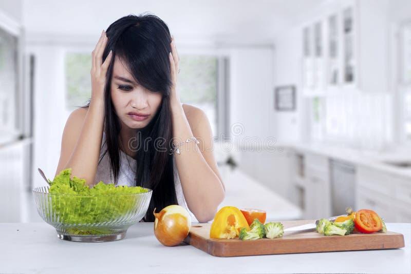 Kobieta ono waha się jeść sałatki fotografia royalty free