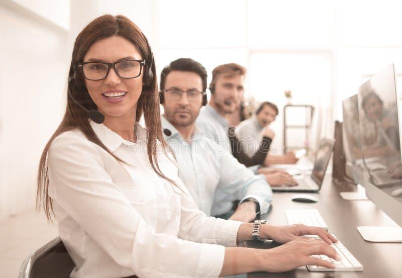 Kobieta operator w miejscu pracy przy centrum telefonicznym zdjęcia royalty free