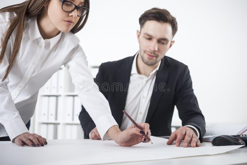 Kobieta opiera above stół, obsługuje patrzeć zdjęcia stock
