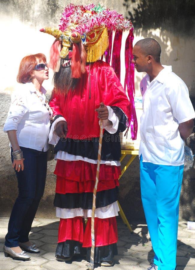 Kobieta Opowiada lud Maskujący mężczyzna zdjęcie stock