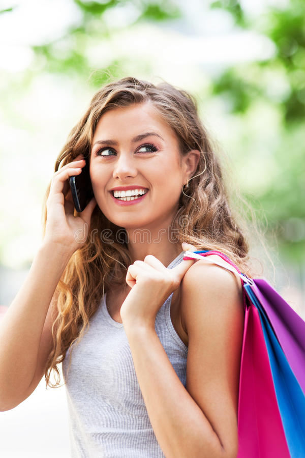 Kobieta opowiada na telefonie komórkowym zdjęcie stock