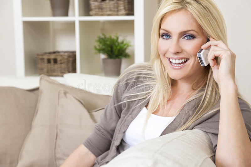 Kobieta Opowiada Na telefonie komórkowym w domu obraz royalty free