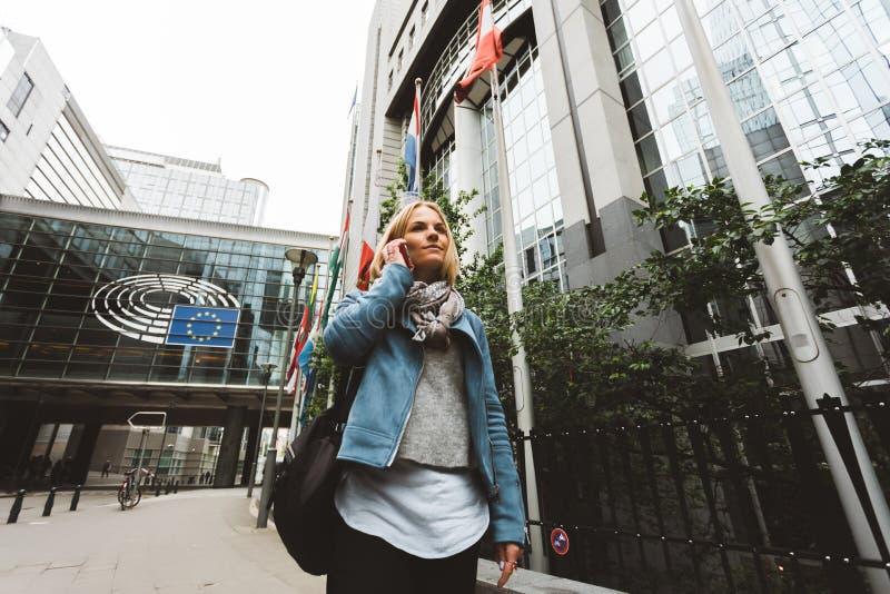 Kobieta opowiada na telefonie w Bruksela, Belgia zdjęcie stock