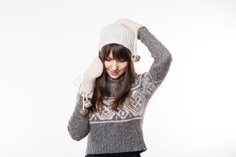 Kobieta opowiada na telefonie w winterwear obraz royalty free