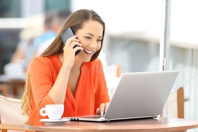 Kobieta opowiada na telefonie z obsługą klienta obrazy royalty free