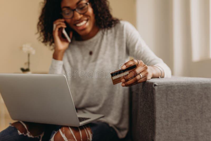 Kobieta opowiada nad telefonem komórkowym podczas gdy pracujący od domu obrazy royalty free