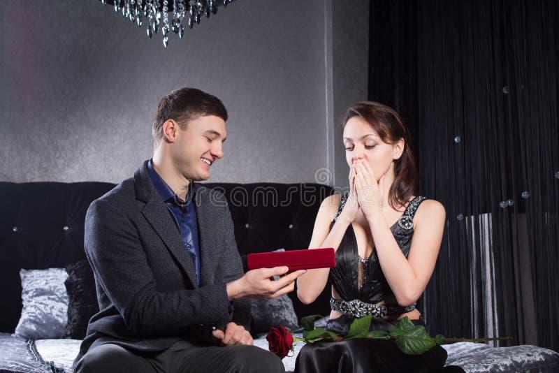 Kobieta Otrzymywał biżuteria prezent Od chłopaka zdjęcie stock