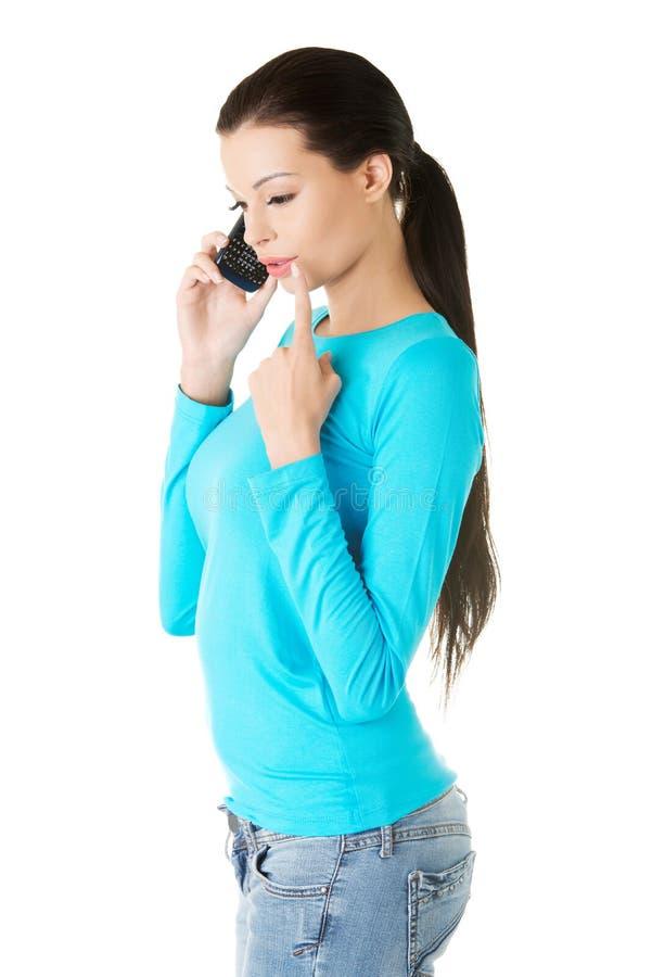 Kobieta otrzymywał złą wiadomość podczas gdy opowiadający na telefonie obrazy stock