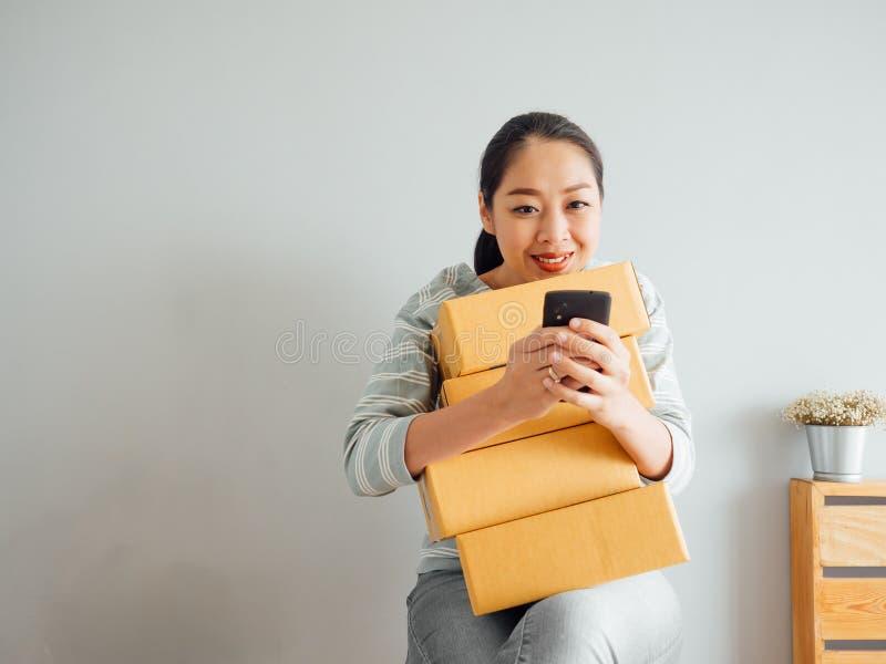 Kobieta otrzymywa? du?ego rozkaz jej online biznes przez smartphone a obrazy royalty free