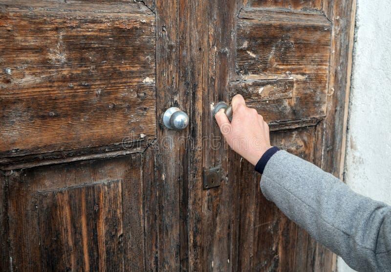 Kobieta otwiera bardzo starego drewnianego drzwi obrazy stock