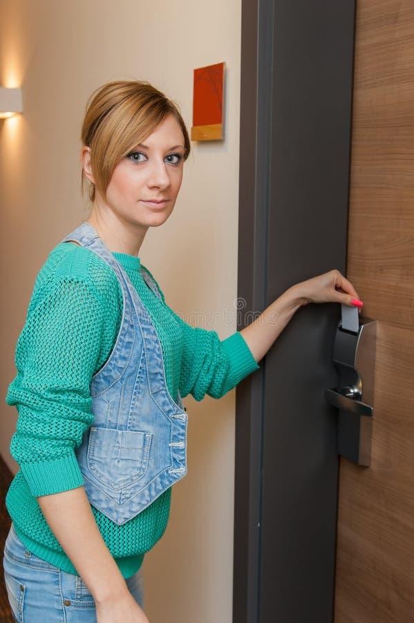 Kobieta Otwiera drzwi fotografia stock