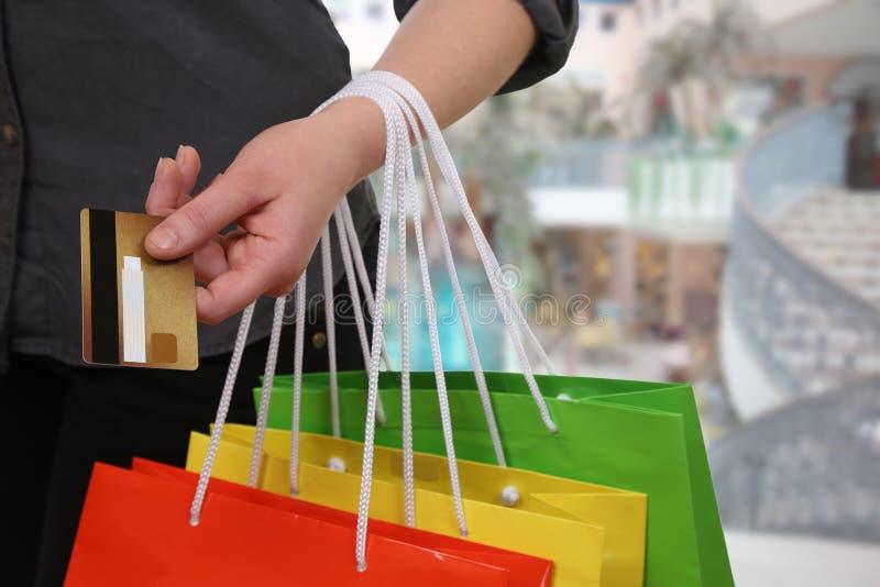 Kobieta płaci jej zakup z kredytową kartą obraz stock