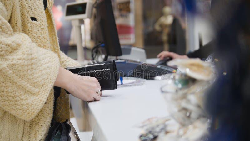 Kobieta płaci kredytową kartą w smokingowym sklepie - zakupy pojęcie fotografia stock