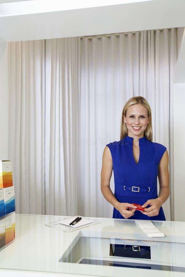 Kobieta Płaci Z Kredytową kartą W sklepie obraz royalty free