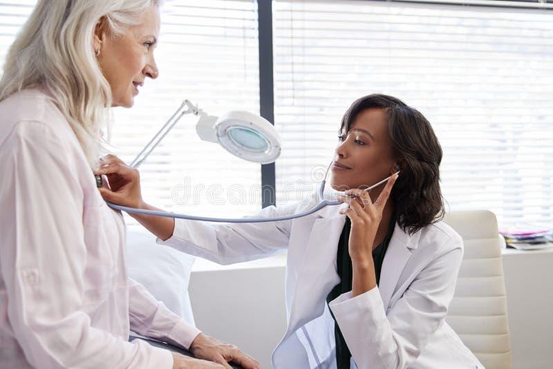 Kobieta pacjent Ma Medycznego egzamin Z kobiety lekarką W biurze zdjęcia royalty free