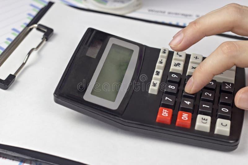 Kobieta palce i kalkulator, biznes, grafika obraz royalty free