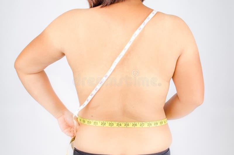 Kobieta palce mierzy jej brzucha sadło zdjęcie stock