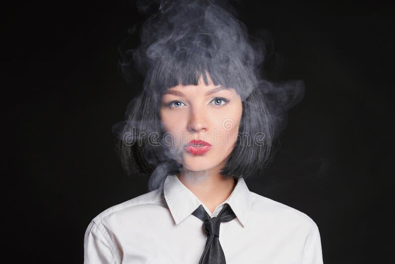 kobieta palenia Bob fryzura obrazy stock