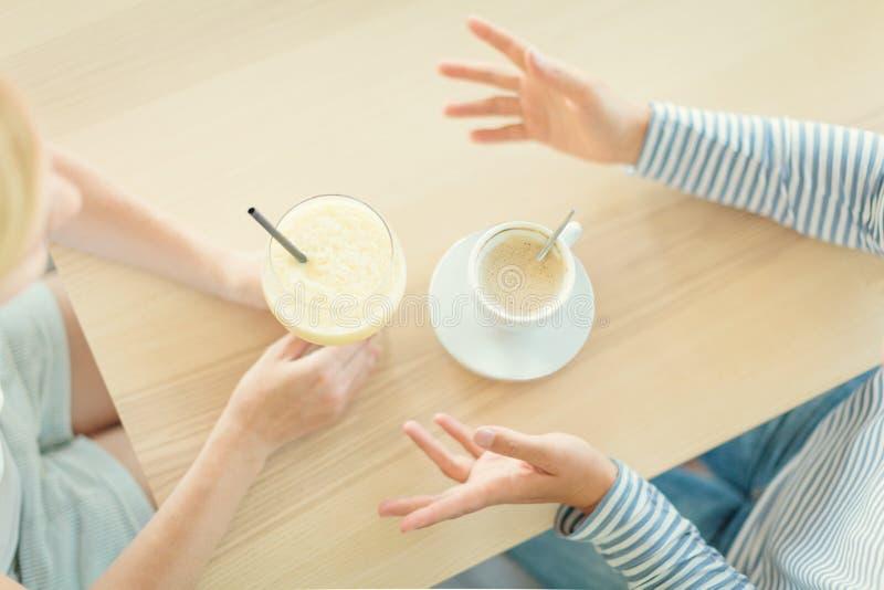 Kobieta para pijąca kawę i koktajl w kawiarni zdjęcia stock