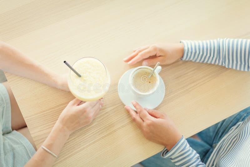 Kobieta para pijąca kawę i koktajl w kawiarni zdjęcie royalty free