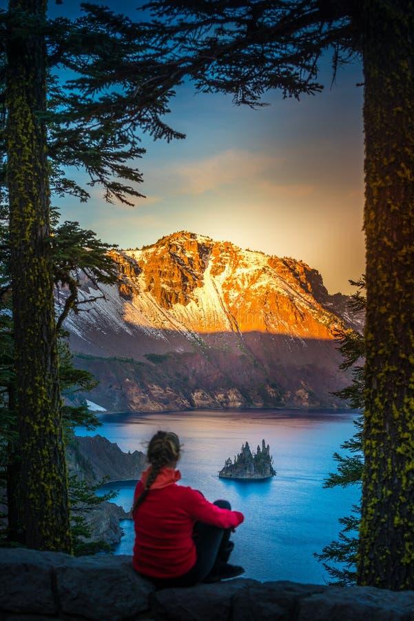 Kobieta patrzeje fantom skały Krater jezioro Oregon obrazy royalty free