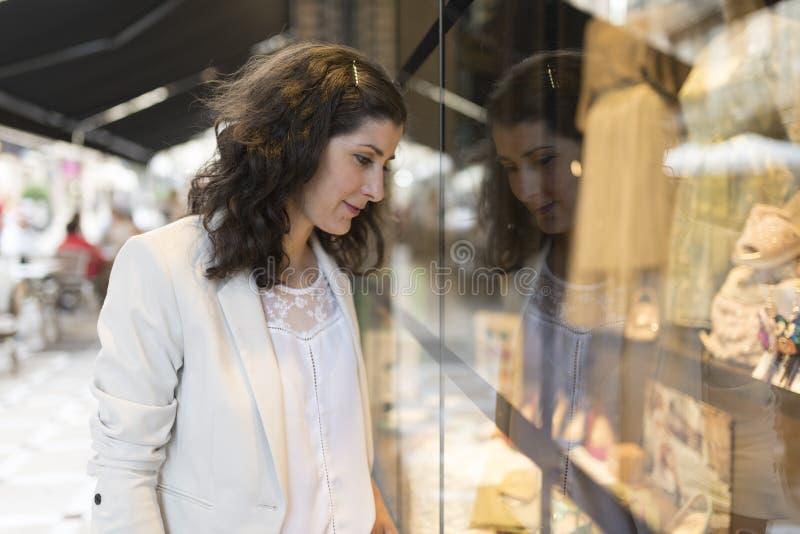 Kobieta patrzeje gablotę wystawową zdjęcia royalty free
