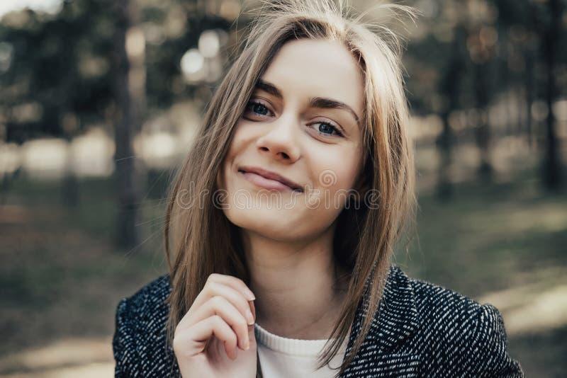 Kobieta patrzeje kamerę z szeroko otwarty usta i dźwiganie brwią obrazy royalty free