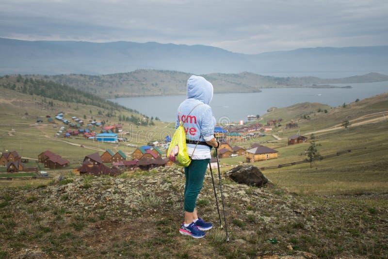 Kobieta patrzeje Małą Denną cieśninę Jeziorny Baikal Syberia, Rosja fotografia stock