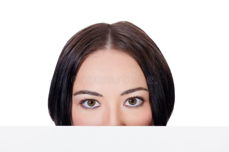 Kobieta patrzeje nad biel pustą deską obrazy royalty free