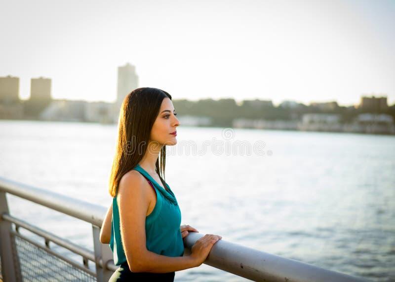 Kobieta patrzeje nad hudsonem przy zmierzchem obrazy stock